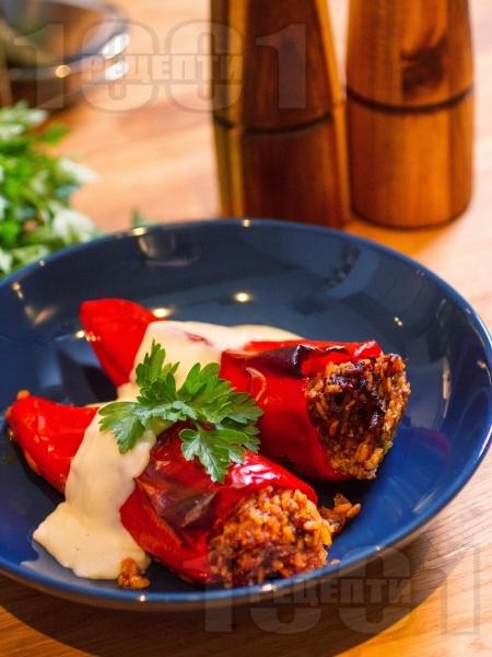 Печени пълнени чушки с кайма, ориз и заливка от сос Бешамел - снимка на рецептата